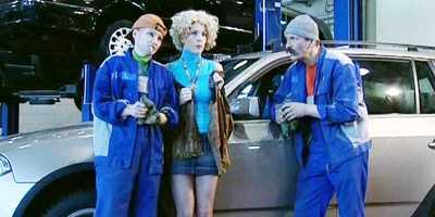 Блондинка в автосервисе пытается объяснить мастеру, что случилось