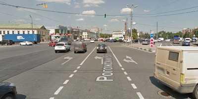 Поворот налево на перекрестке с трамвайными путями