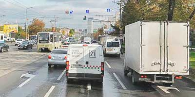 Трамвай на путях прямо