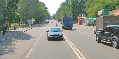 Дорогу по переходу переходит пешеход
