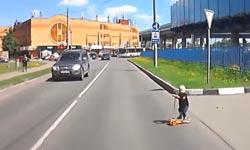 Ребенок на самокате выехал на дорогу