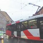 Поворот налево на перекрестке за трамваем