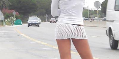 Дева на тротуаре