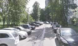Машины вдоль бордюра